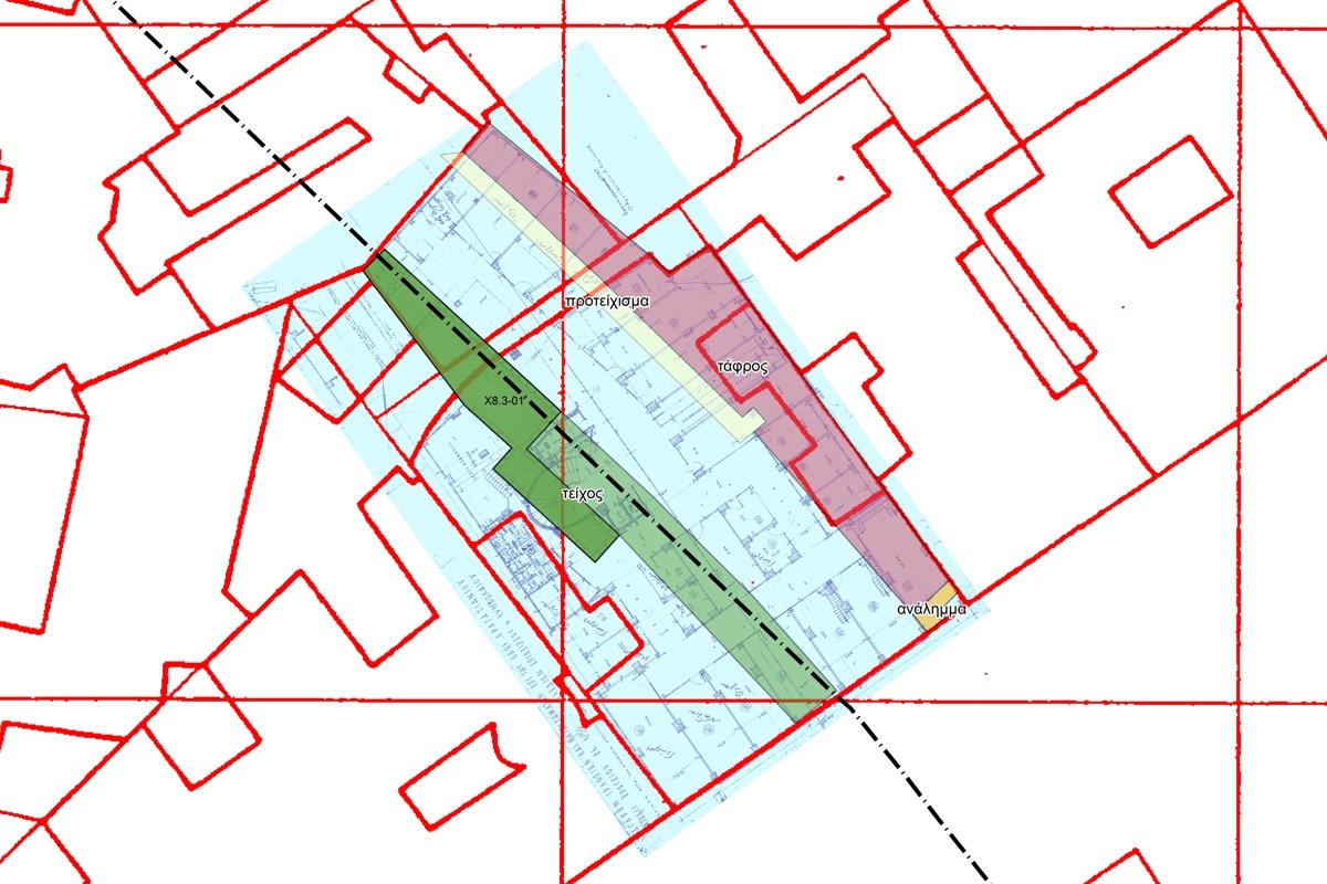 Σχέδιο του οικοπέδου στην οδό Δραγατσανίου 6. Σημειώνονται τα αρχαιολογικά κατάλοιπα που εντοπίστηκαν και η πορεία του αρχαίου τείχους επάνω στο αρχιτεκτονικό διάγραμμα του κτηρίου και τον τοπογραφικό φωτογραμμετρικό χάρτη του Υπουργείου Δημόσιων Έργων (1974).