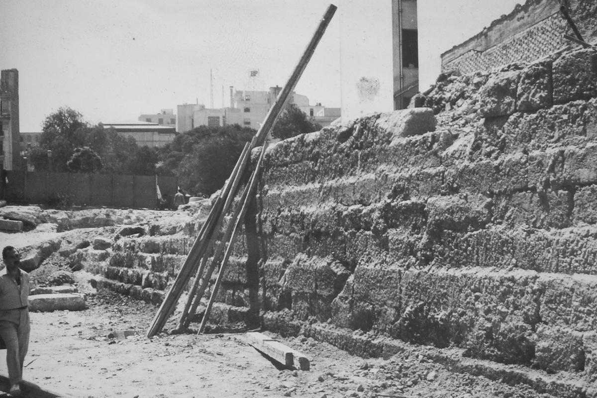 Άποψη του τείχους κατά την ανασκαφή επί της οδού Δραγατσανίου 6 (1957) για την ανέγερση κτηρίου γραφείων (παραχώρηση από το Ἀρχεῖο τῆς Ἐν Ἀθήναις Ἀρχαιολογικῆς Ἑταιρείας).