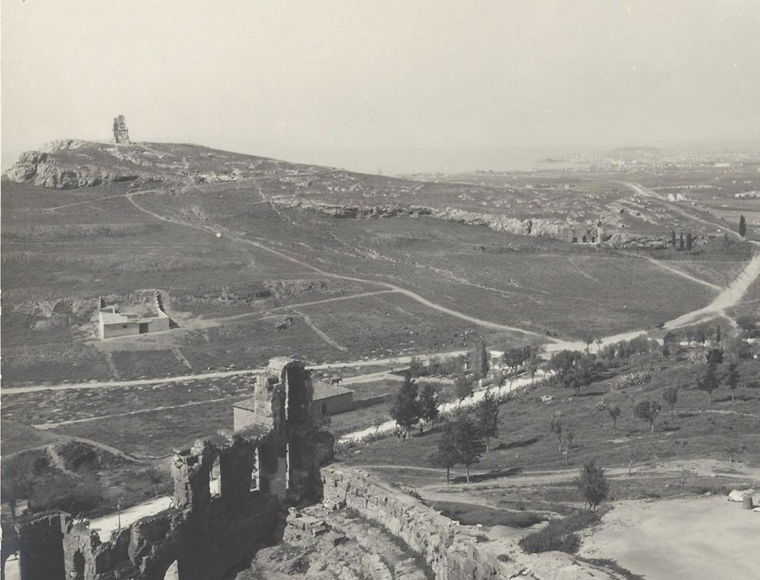 Πανοραμική άποψη του λόφου του Φιλοπάππου από το βράχο της Ακρόπολης. Στο βάθος διακρίνεται ο Πειραιάς. Neue Photographische Gesellschaft A. G. Berlin Steglitz 1905.