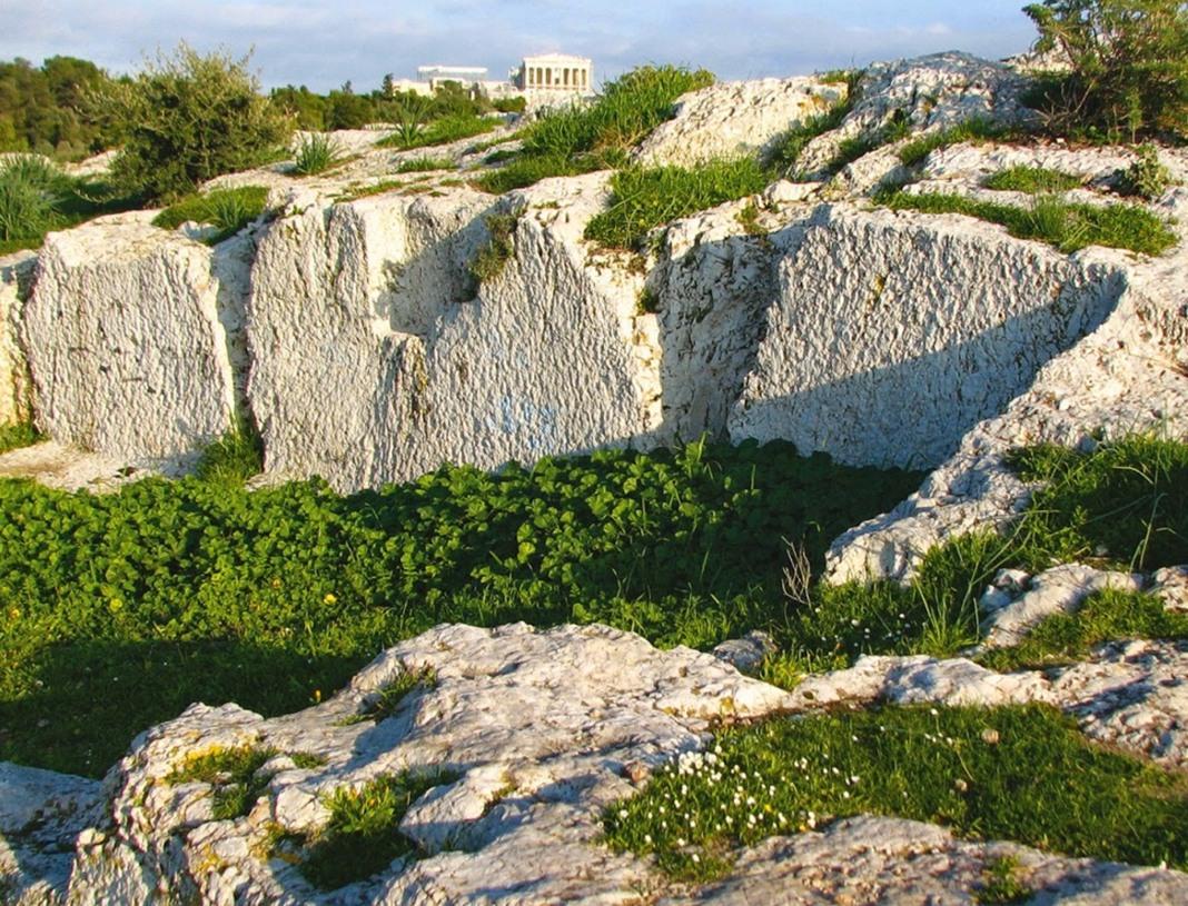 Λαξεύματα στo φυσικό βράχο, λόφος Φιλοπάππου.